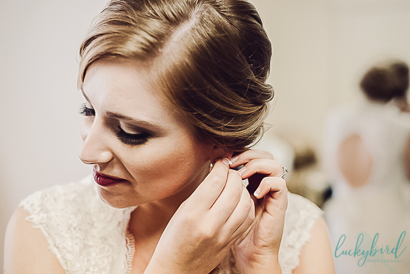 bride getting ready at catawba island club