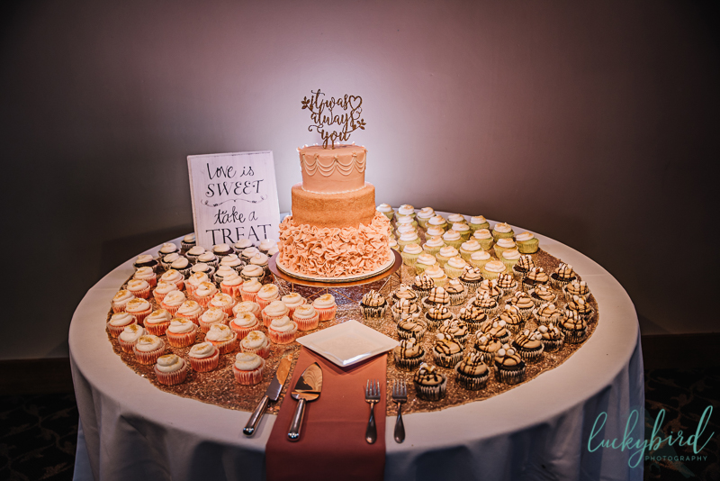 7 little cupcakes wedding cake and desserts