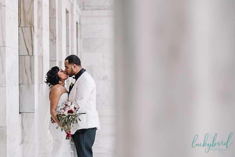wedding photo at the toledo museum of art