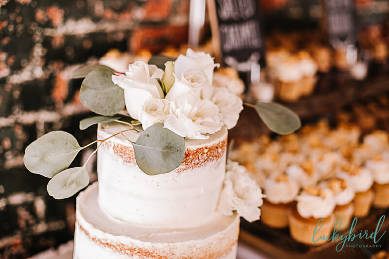 naked cake photo at hensville wedding
