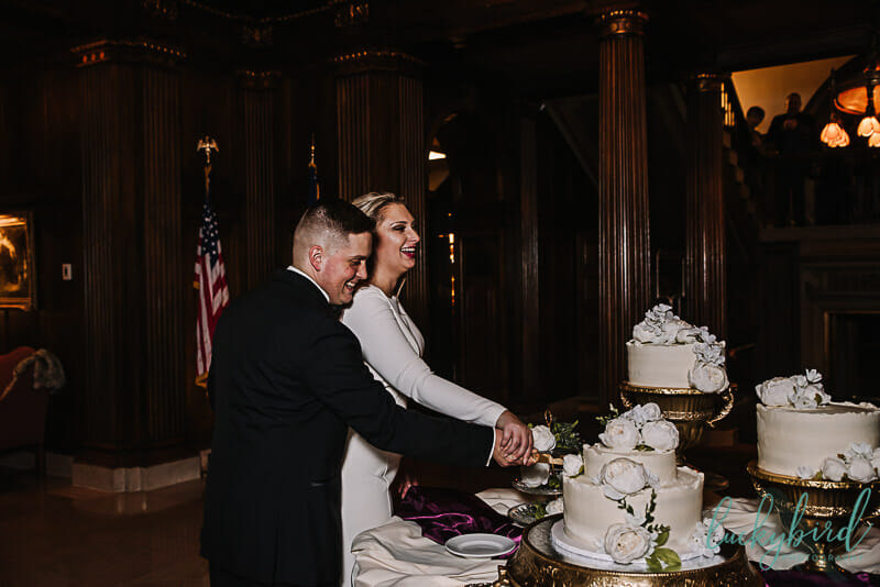 couple bride groom cutting the cake at toledo club