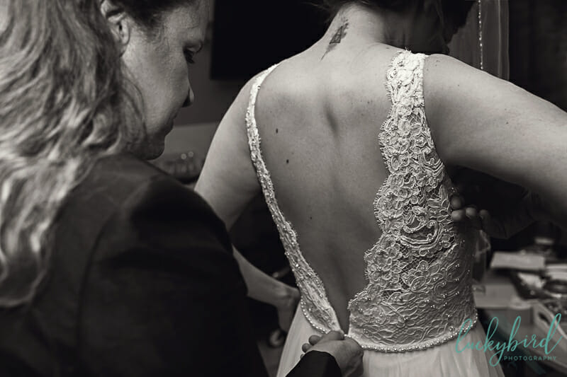 bride getting ready at toledo zoo aquarium