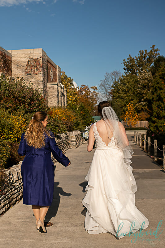 mom and bride walking to see grandma at toledo zoo