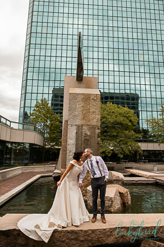 renaissance hotel fountain wedding photo