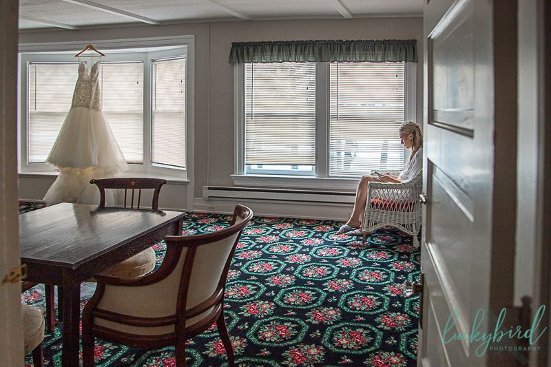bride-writing-vows-at-toledo-country-club