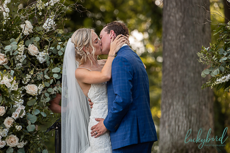 first-kiss-toledo-country-club-wedding-ceremony