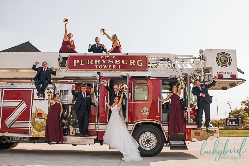 wedding-party-photos-on-fire-truck